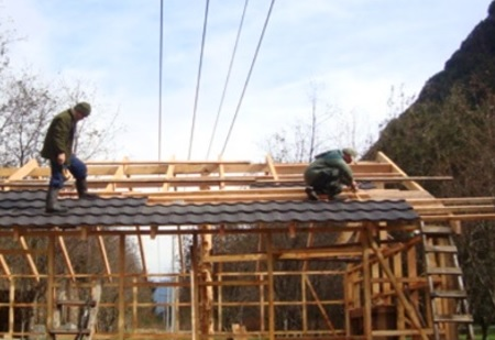 SEC Aysén reitera llamado a no construir bajo líneas eléctricas para prevenir electrocuciones